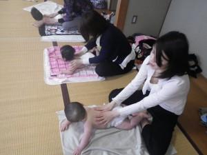 2012年4月4日わらべうたベビーマッサージの様子02
