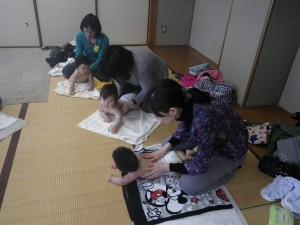 2012年4月4日わらべうたベビーマッサージの様子03